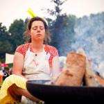 Marktmeester Sanne Bloem neemt een moment van stilte bij het vuur